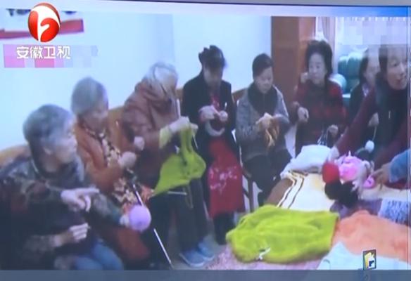 """昆明 均龄75岁""""毛衣奶奶""""编织队 织毛衣送贫困生"""