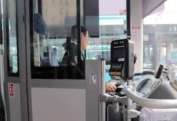为保障行车安全 南京所有公交将装隔离门