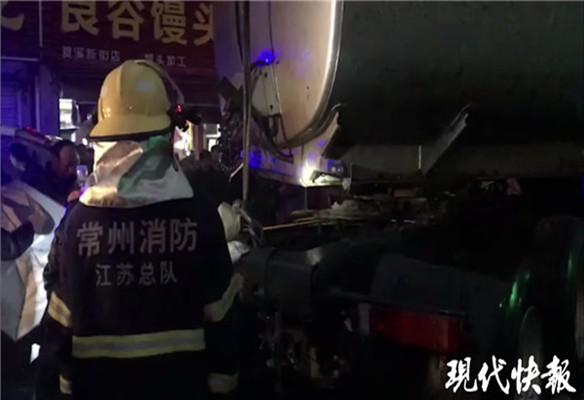 两车相撞害了路过女生,好在救援人员来得快