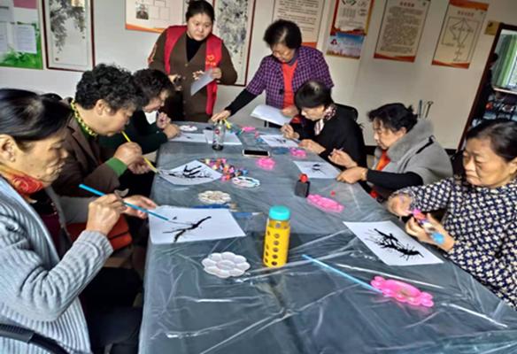 果场社区开展创意吸管画 为老年生活添乐趣