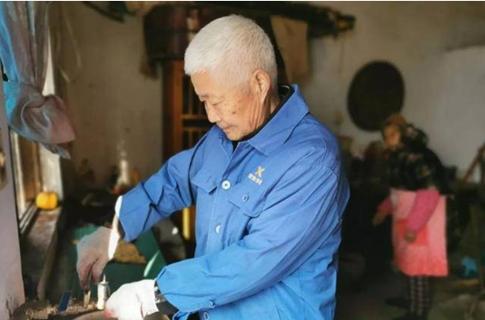 """退休不""""褪色""""!年过七旬老党员坚持清理公厕长达四年,还是村民"""