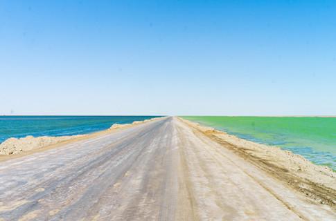 青海藏着个绝美的双色湖,湖水一边是蓝色一边是绿色,常被人错过