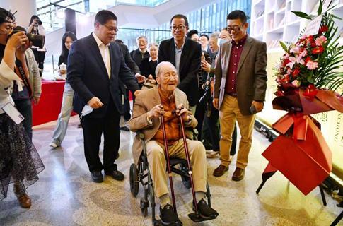 一百岁的他,是今天最亮的星!翻译泰斗许渊冲先生生日快乐!